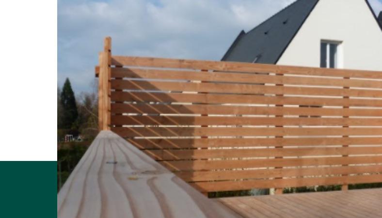 La palissade en bois s'adapte à la structure de votre terrasse